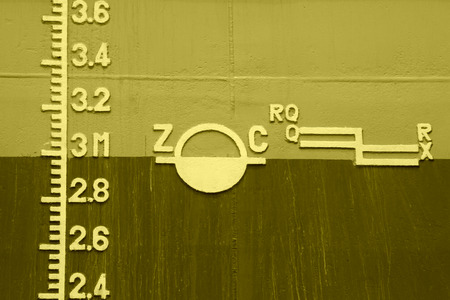 carga: primer plano de la línea de flotación marcada en el barco Foto de archivo