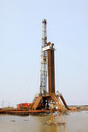yacimiento petrolero: plataforma de perforación de yacimientos petrolíferos, primer plano de la foto
