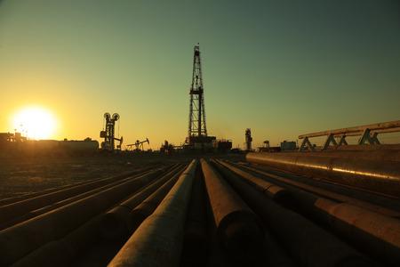 Öl Bohrturm und Pipelines in Oilfield Standard-Bild