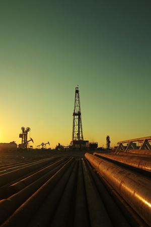yacimiento petrolero: Torre de perforaci�n de petr�leo y tuber�as en yacimientos petrol�feros Foto de archivo