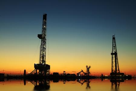 yacimiento petrolero: Torre de perforaci�n de petr�leo y las luces en campos petroleros