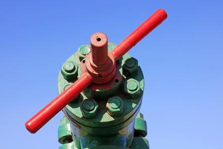 palanca: palanca de mando de las máquinas de petróleo bajo el cielo azul en el campo petrolífero Foto de archivo