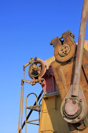 yacimiento petrolero: piezas de la unidad de oxidaci�n de �xido de bombeo bajo el cielo azul en el campo petrol�fero Foto de archivo