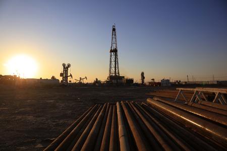 yacimiento petrolero: Torre de perforación de petróleo y tuberías en yacimientos petrolíferos Editorial