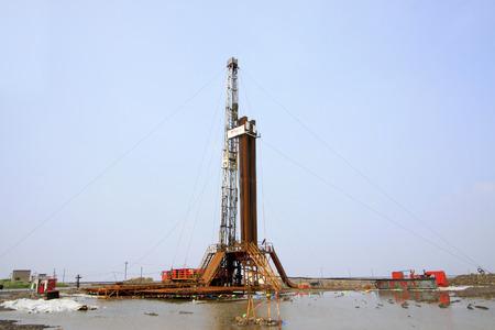 yacimiento petrolero: plataforma de perforación de yacimientos petrolíferos