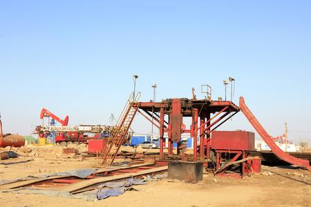 yacimiento petrolero: campo petrolífero de Jidong - Febrero 8: aceite de obra de construcción torre de perforación, el 8 de febrero, 2016, campo petrolífero de Jidong, Caofeidian, Hebei, China