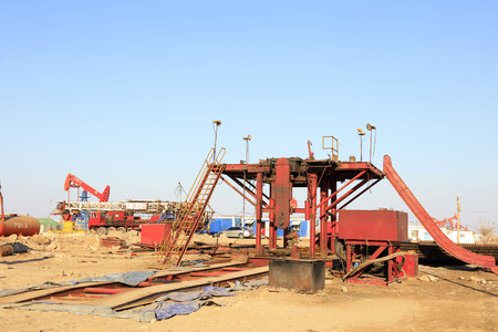 yacimiento petrolero: Jidong oilfield - February 8: oil drilling derrick construction site, on February 8, 2016, jidong oilfield, caofeidian, hebei, China