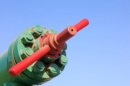 palanca: petroleum machinery control lever under blue sky in oilfield
