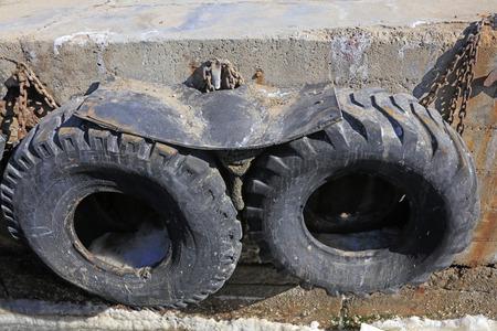 clavados: neumático de caucho fijo en la orilla, primer plano de la foto