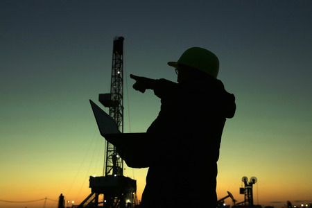 yacimiento petrolero: Oil drilling frame and exploration technician in a oilfield