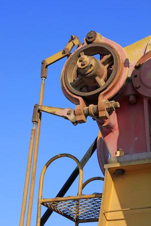 yacimiento petrolero: piezas de la unidad de oxidación de óxido de bombeo bajo el cielo azul en el campo petrolífero Foto de archivo