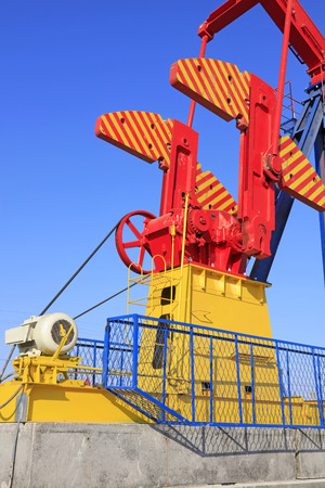 yacimiento petrolero: pumping unit under blue sky in oilfield