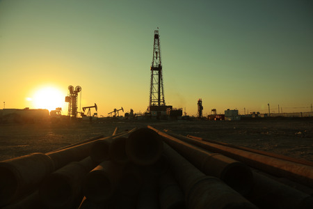 yacimiento petrolero: Oil drilling derrick and pipelines in oilfield
