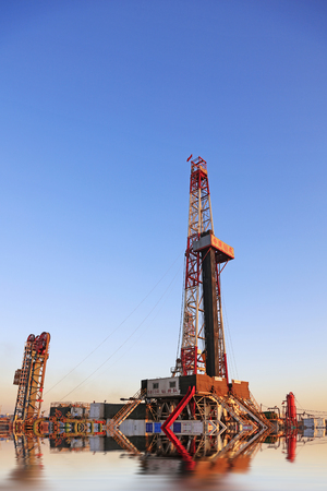 yacimiento petrolero: Jidong campo petrol�fero - 8 de febrero: torre de perforaci�n de petr�leo, el 8 de febrero, 2016, campo petrol�fero de Jidong, Caofeidian, Hebei, China Editorial