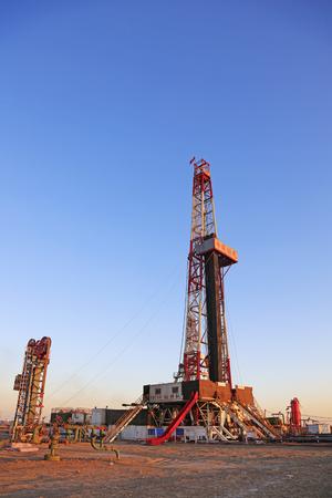 yacimiento petrolero: Jidong campo petrolífero - 8 de febrero: torre de perforación de petróleo, el 8 de febrero, 2016, campo petrolífero de Jidong, Caofeidian, Hebei, China Editorial