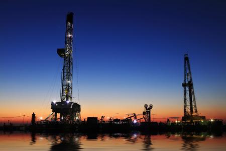 yacimiento petrolero: Torre de perforación de petróleo y las luces en campos petroleros