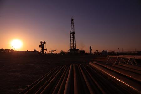 yacimiento petrolero: Torre de perforación de petróleo y tuberías en yacimientos petrolíferos Foto de archivo
