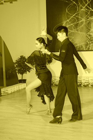 baile latino: TANGSHAN - MAY 31: Latin dance performances in a car markets on may 31, 2014, Tangshan city, Hebei Province, China Editorial