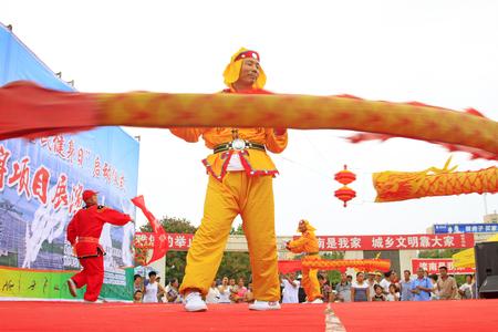 Luannan - 7 Août: Diabolo exécution, le 7 Août 2015 Luannan, province du Hebei, en Chine Banque d'images - 75698171