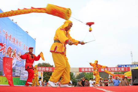 Luannan - 7 Août: Diabolo exécution, le 7 Août 2015 Luannan, province du Hebei, en Chine Banque d'images - 75698185