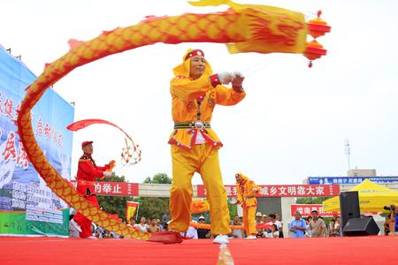 Luannan - 7 Août: Diabolo exécution, le 7 Août 2015 Luannan, province du Hebei, en Chine Banque d'images - 75698187