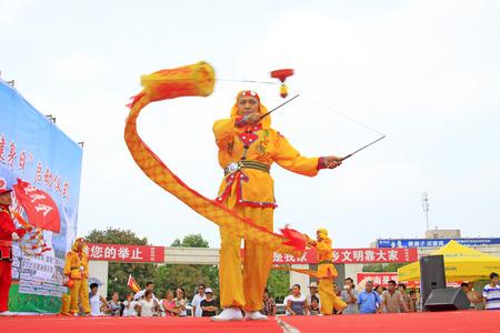 Luannan - 7 Août: Diabolo exécution, le 7 Août 2015 Luannan, province du Hebei, en Chine Banque d'images - 75698220
