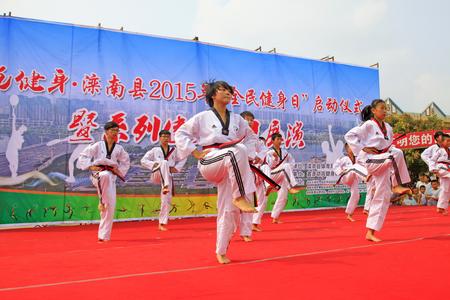 základní: Luannan kraj - 7. srpna: Kick srdeční operace výkon na jevišti, 7. srpna 2015, luannan kraj, hebei provincie, Čína