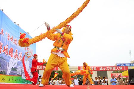 Luannan - 7 Août: Diabolo exécution, le 7 Août 2015 Luannan, province du Hebei, en Chine Banque d'images - 77283550