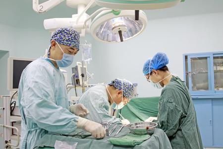 Luannan County - 18 de junio: personal médico en cirugía, 18 de junio de 2015, Luannan County, provincia de Hebei, China Editorial