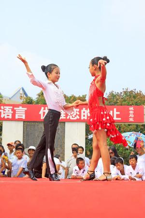 Luannan County - 7. August: Lateinische Tanzleistungen der Kinder auf dem Stadium, am 7. August 2015, Luannan-Grafschaft, Hebei-Provinz, China Standard-Bild - 80515346
