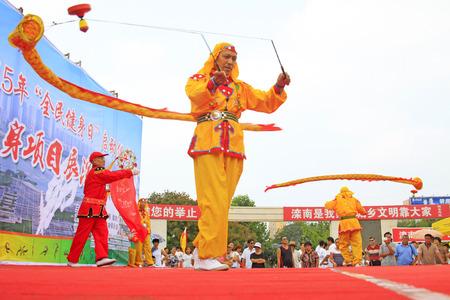 Luannan - 7 Août: Diabolo exécution, le 7 Août 2015 Luannan, province du Hebei, en Chine Banque d'images - 80515221