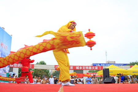 Luannan - 7 Août: Diabolo exécution, le 7 Août 2015 Luannan, province du Hebei, en Chine Banque d'images - 80515380