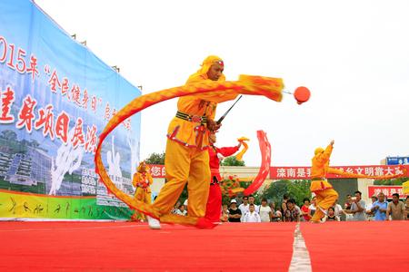 Luannan - 7 Août: Diabolo exécution, le 7 Août 2015 Luannan, province du Hebei, en Chine Banque d'images - 80515230