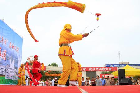 Luannan - 7 Août: Diabolo exécution, le 7 Août 2015 Luannan, province du Hebei, en Chine Banque d'images - 84098330