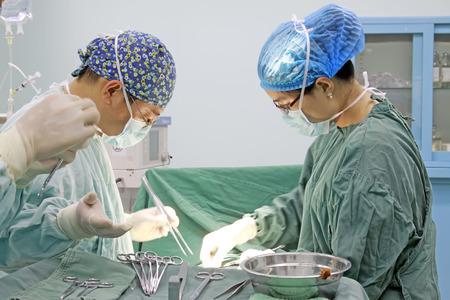 ペンチョン郡 - 6 月 18 日: 手術、2015 年 6 月 18 日、ラン南郡、河北省、中国の医療スタッフ