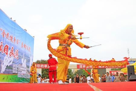 Luannan - 7 Août: Diabolo exécution, le 7 Août 2015 Luannan, province du Hebei, en Chine Banque d'images - 86346471