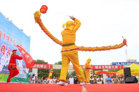 Comté de Luannan - 7 août: Diabolo effectuant le 7 août 2015, comté de Luannan, province de Hebei, Chine Banque d'images - 86346476