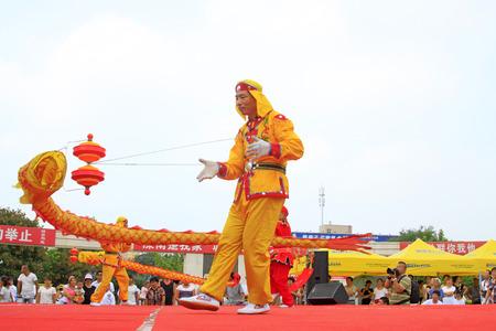Luannan - 7 Août: Diabolo exécution, le 7 Août 2015 Luannan, province du Hebei, en Chine Banque d'images - 86346444