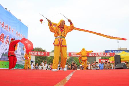 Comté de Luannan - 7 août: Diabolo effectuant le 7 août 2015, comté de Luannan, province de Hebei, Chine Banque d'images - 86346435