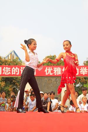 Luannan County - 7. August: Lateinische Tanzleistungen der Kinder auf dem Stadium, am 7. August 2015, Luannan-Grafschaft, Hebei-Provinz, China Standard-Bild - 88821913