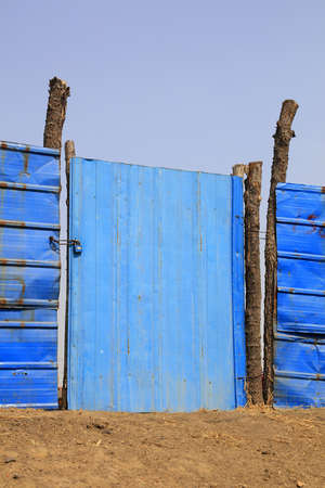 Blaue Eisentür Standard-Bild - 90578525