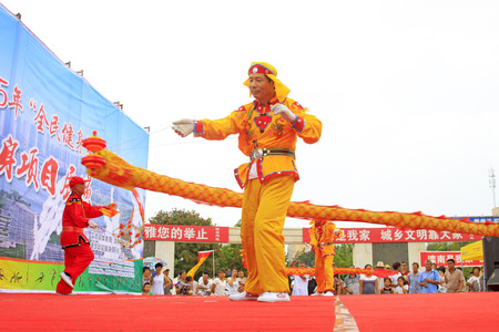 Luannan County - August 7: Diabolo performing, on August 7, 2015, luannan county, hebei province, China  Banque d'images - 90898414