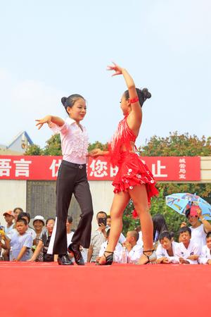 Luannan-Grafschaft - 7. August: Lateinische Tanzleistungen der Kinder auf dem Stadium am 7. August 2015 Luannan-Grafschaft, Hebei-Provinz, China Standard-Bild - 92584916
