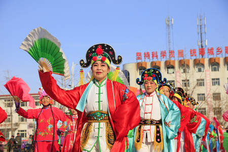 Luannan County - February 24, 2018: Yangge Dance Performance on the square, Luannan County, Hebei Province, China. 写真素材 - 118179911