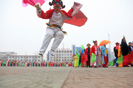 Luannan County - March 3, 2018: Yangge Dance Performance on the square, Luannan County, Hebei Province, China. 写真素材 - 119172074