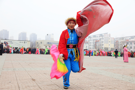 Luannan County - March 3, 2018: Yangge Dance Performance on the square, Luannan County, Hebei Province, China. 写真素材 - 119172077