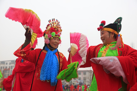 Luannan County - March 3, 2018: Yangge Dance Performance on the square, Luannan County, Hebei Province, China. 写真素材 - 119172116