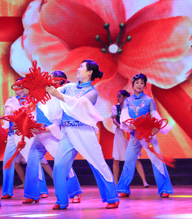 Luannan County - January 23, 2017: Chinese folk dance performance, Luannan, Hebei, China 에디토리얼
