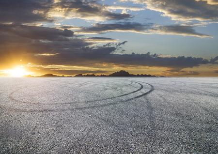 asphalt tire marks under sunset 免版税图像
