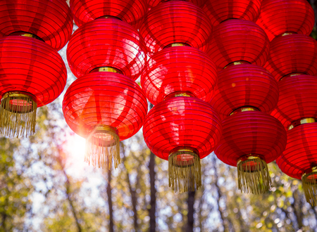 赤い提灯、東洋の魅力、春祭りの雰囲気。